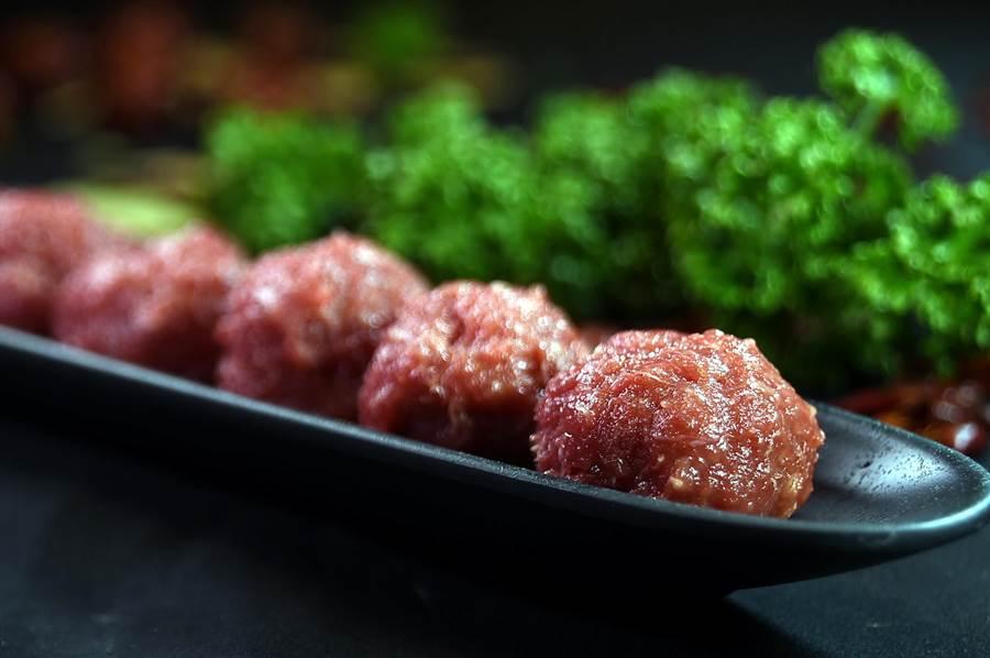〈美滋鍋〉菜單上有各式廚師手工製的丸餃,圖為〈牛肉丸〉。(圖/姚舜)