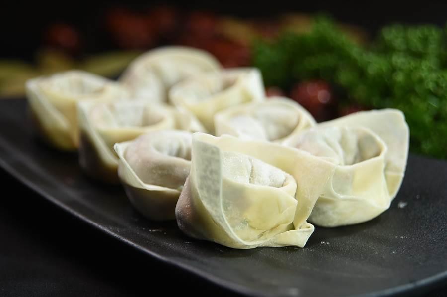 〈美滋鍋〉的〈韭菜豬肉餃〉包裝造型不像餃子,反而像國人熟悉的餛飩。(圖/姚舜)