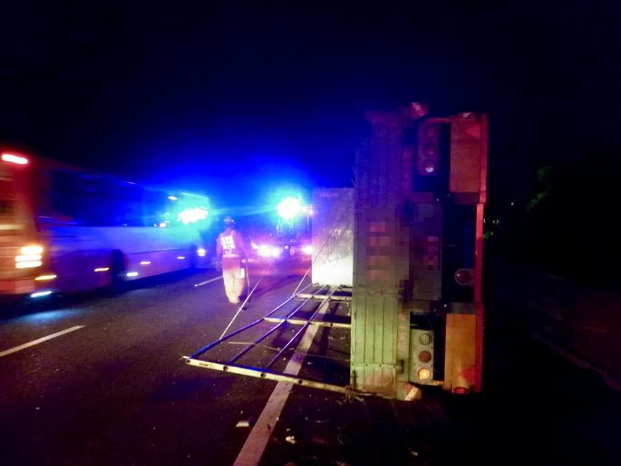 一輛自小客車在國道中山高利用路肩超車,結果發生連環車禍。(警方提供)