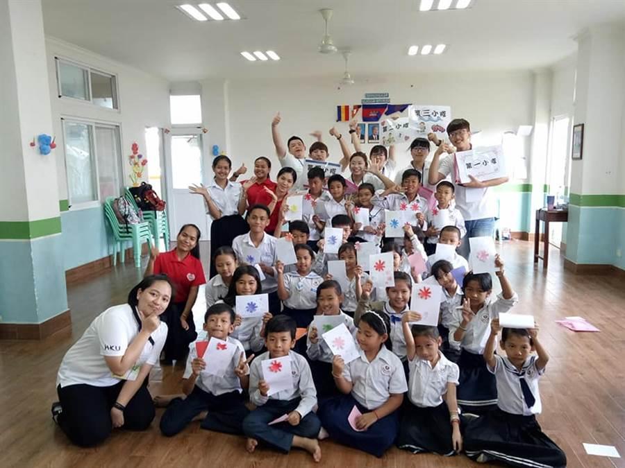 弘光科大學生在柬埔寨金邊當志工與當地學生合影。(陳淑娥翻攝)