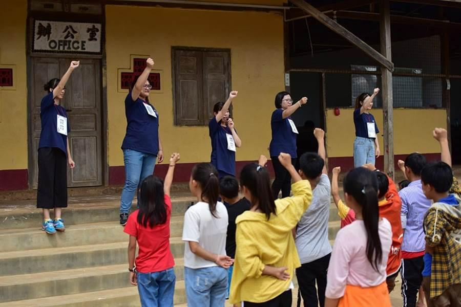 弘光科大學生在緬甸臘戌教小朋友上課。(陳淑娥翻攝)