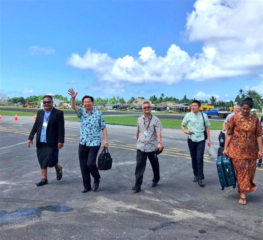 吳釗燮抵達吐瓦魯,出席太平洋島國論壇。(取自外交部推特)