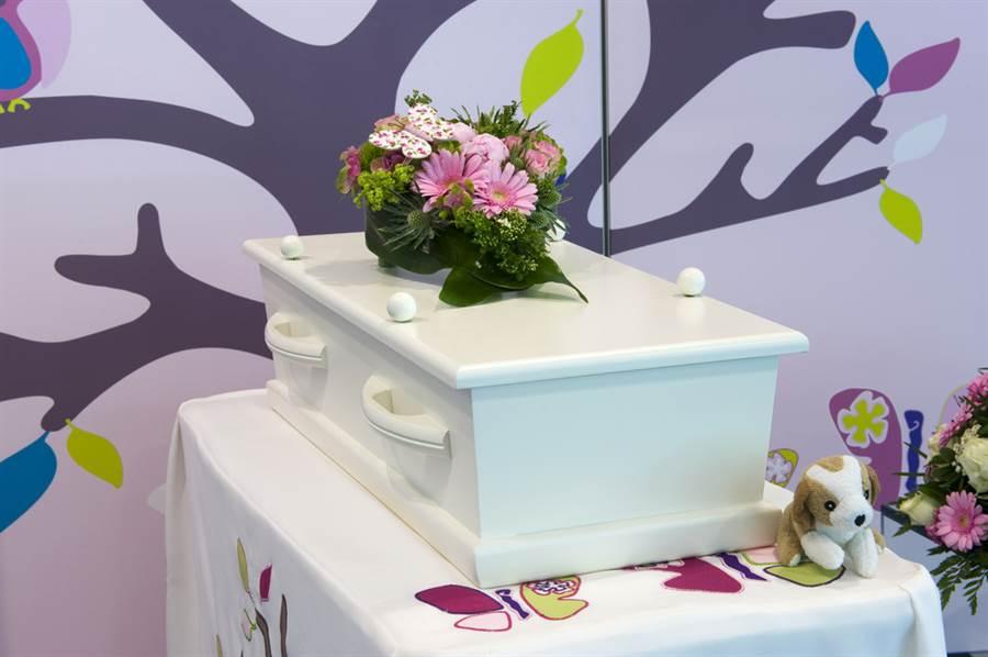 父母痛失新生兒 開棺遺體驚變垃圾(示意圖/達志影像)
