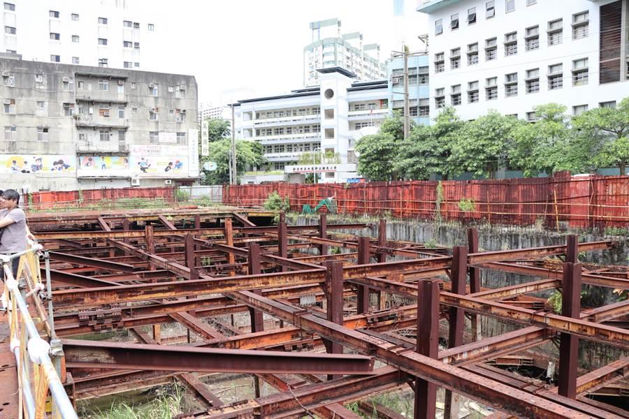 廢棄的藍天市場工地位於鄧公國小前方,影響學童上下學安全。(吳亮賢攝)