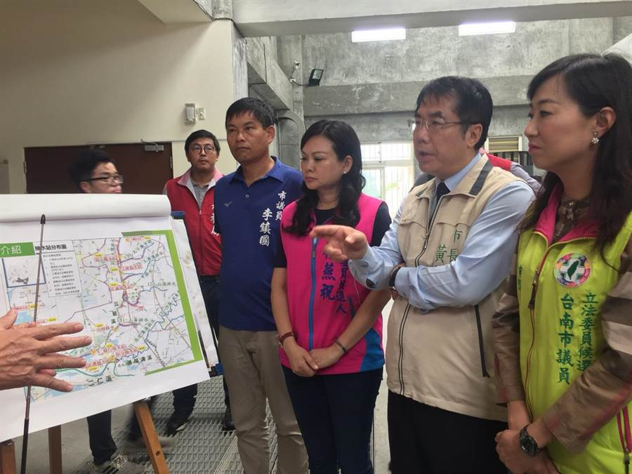 台南市長黃偉哲上午視察永康抽水站。(曹婷婷攝)