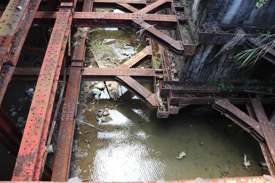 廢棄多年的工地因積淹水變成大水坑。(吳亮賢攝)