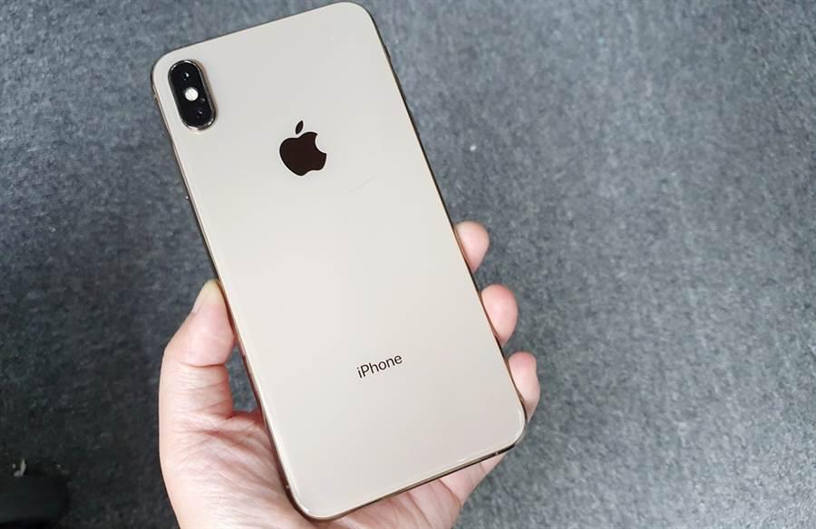 圖為 2018 年 iPhone XS Max 金色款式,機身下方有 iPhone 字樣。但有傳聞指出,今年新 iPhone 可能會把機身背面的 iPhone 字樣移除,引發關注。(圖/黃慧雯攝)