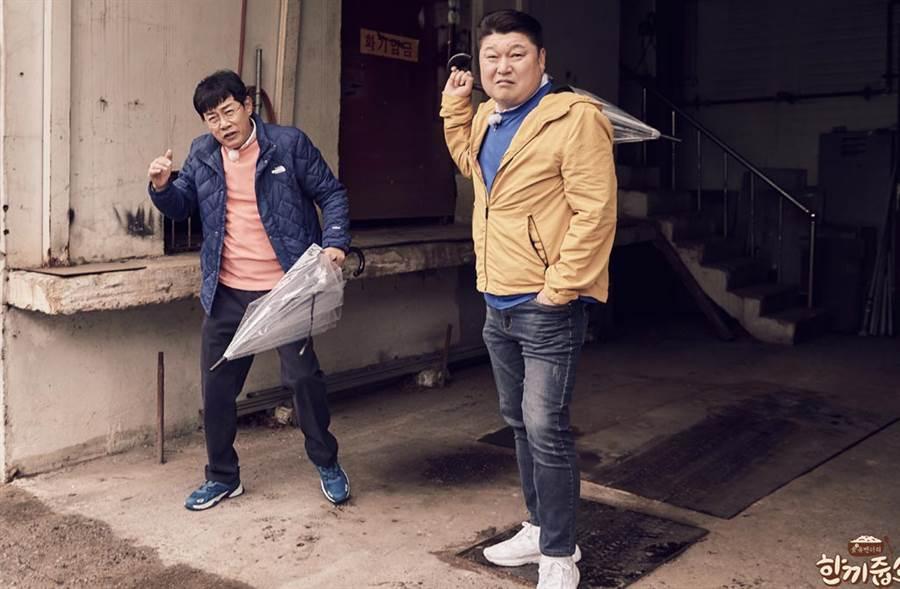 《請給一頓飯Show》主持人李敬揆(左)在節目上示範辨識主人在家與否的密技,被認為有教人犯罪的嫌疑。(翻攝自《請給一頓飯Show》官網)