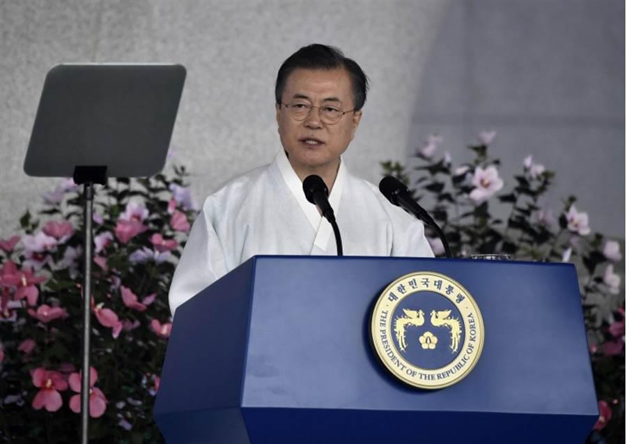 韓國總統文在寅8月15日發表談話的神情。(美聯社)