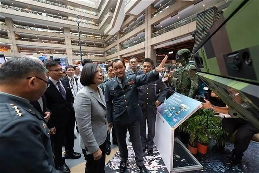 蔡總統參觀國防工業展,國防部軍備局長房宏茂中將說明新版八輪甲車。總統府提供