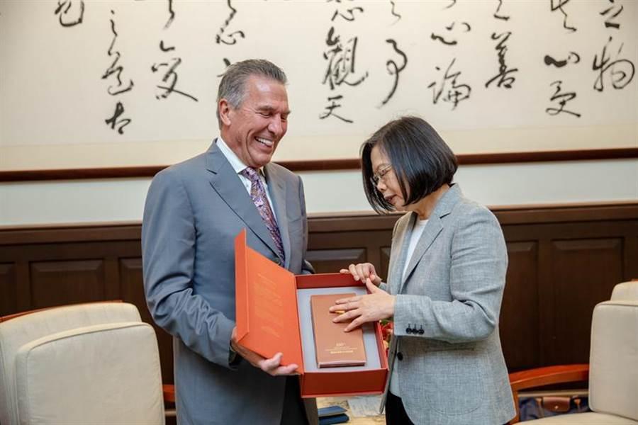 圖總統蔡英文接見美台商業協會主席史麥克(Michael Splinter) 。(圖/總統府提供)