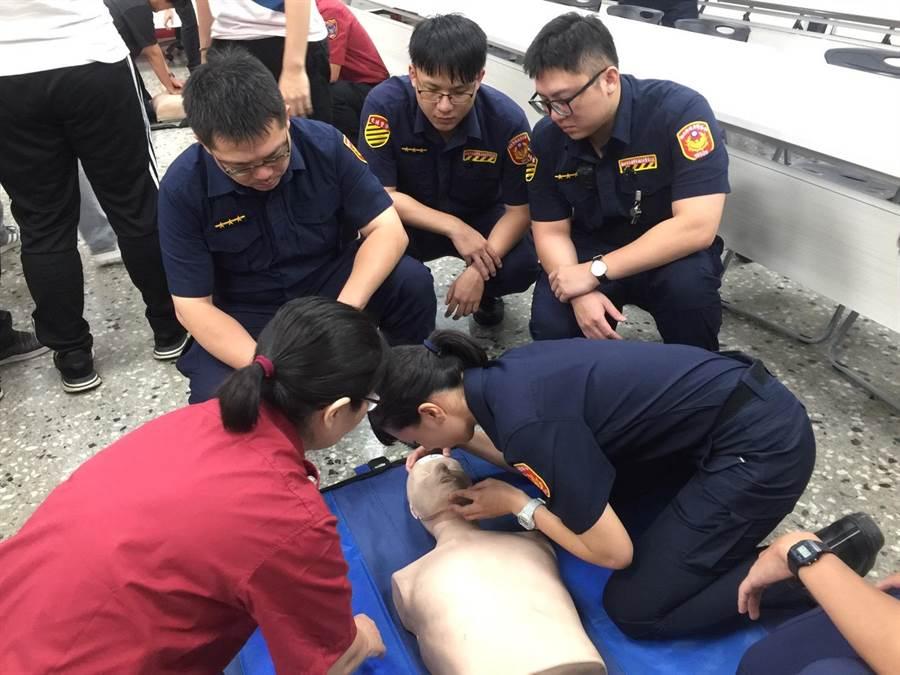 新北市永和警分局於8月13、14、16日等3日在分局大禮堂辦理「CPR心肺復甦術及AED自動體外心臟電擊去顫器」急救訓練。(葉書宏翻攝)