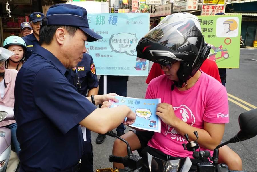 新北市永和警分局長謝宗宏前往永和樂華夜市周遭一同向騎士宣導騎車乘載孩童正確觀念。(葉書宏翻攝)