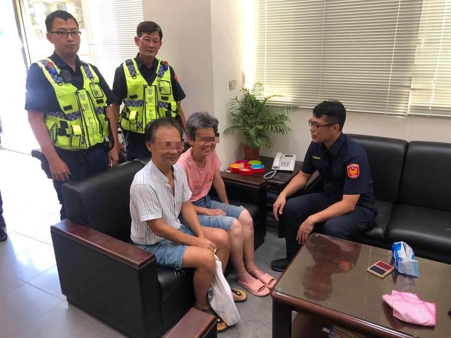 61歲陳姓婦人迷途,新店警分局石碇分駐所協助她與家人團聚。(葉書宏翻攝)
