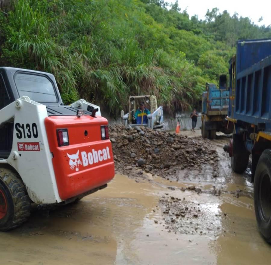 台南南化區上午因雨勢較大,部分道路遭土石阻塞,區公所也緊急派員搶通。(南化區公所提供)