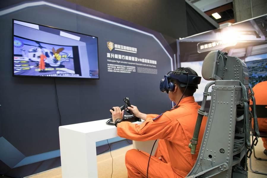 台北國際航太暨國防展工業展於今(15)日起至8月17日登場,資策會與海軍反潛航空大隊合作開發並設置反潛直升機VR模擬飛行體驗區,圖為飛官體驗「神鷹出擊」VR遊戲畫面。(圖/資策會提供)