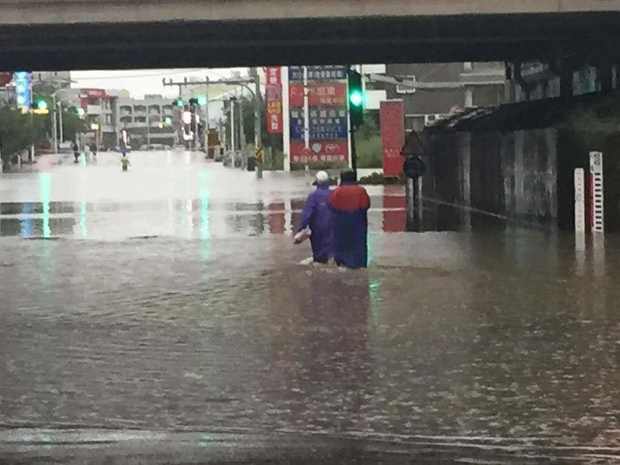 台南這場豪雨造成多處積淹水。(曹婷婷攝)
