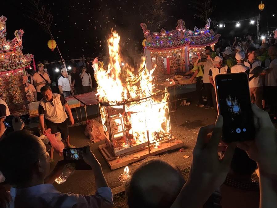 百年雞籠中元祭罕見水燈首還沒下水,就先起火燒光情況。(民眾提供)