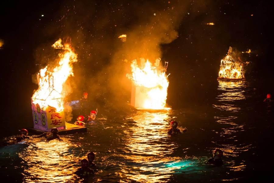 基隆各姓氏宗親會的水燈頭隨著潮水漂流出去,指引海上好兄弟上岸享用祭品。(許家寧翻攝)