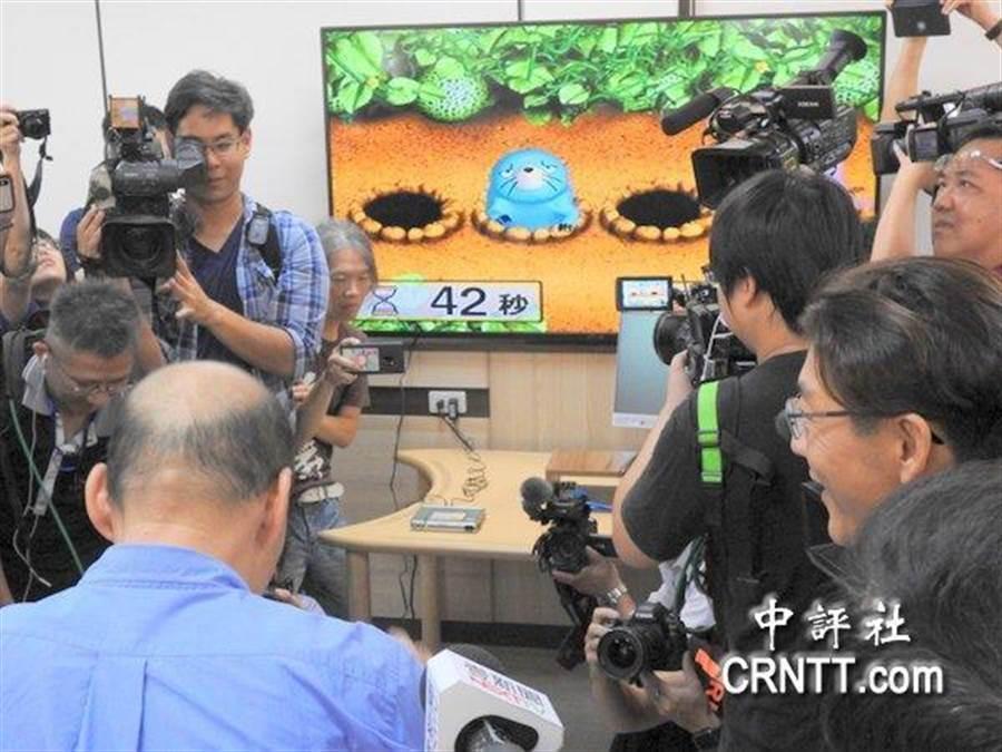 媒體捕捉韓國瑜打地鼠的畫面。(圖/中評社)