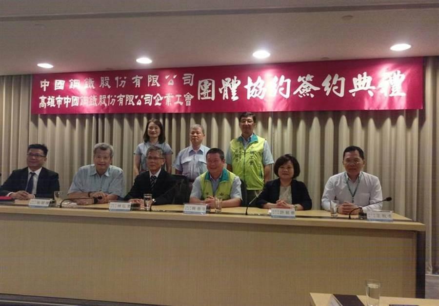 勞動部長許銘春(右二)、中鋼董事長翁朝棟(左二)等人參加簽約儀式,見證歷史性的一刻。(圖/林憲祥)