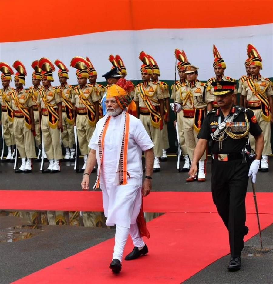 印度總理莫迪(前左)15日於獨立日在德里紅堡發表演說時,宣布印度國防指揮架構新變革,增設國防參謀長一職。(圖取自twitter.com/narendramodi)