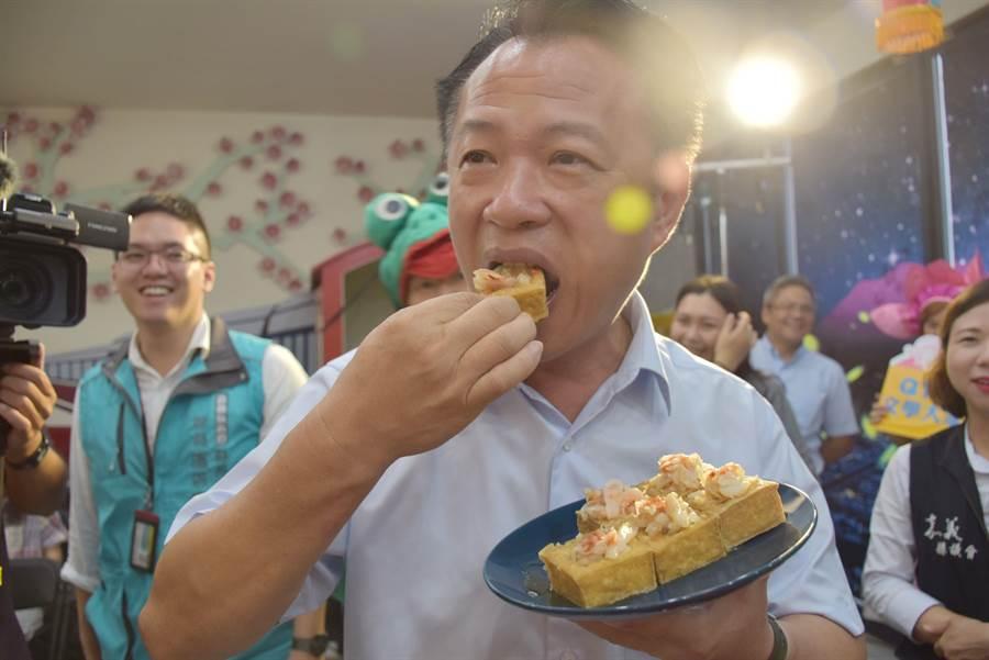 就算豆腐是前一天購買,翁章梁仍不顧旁人勸阻,一口吃下肚。(呂妍庭攝)