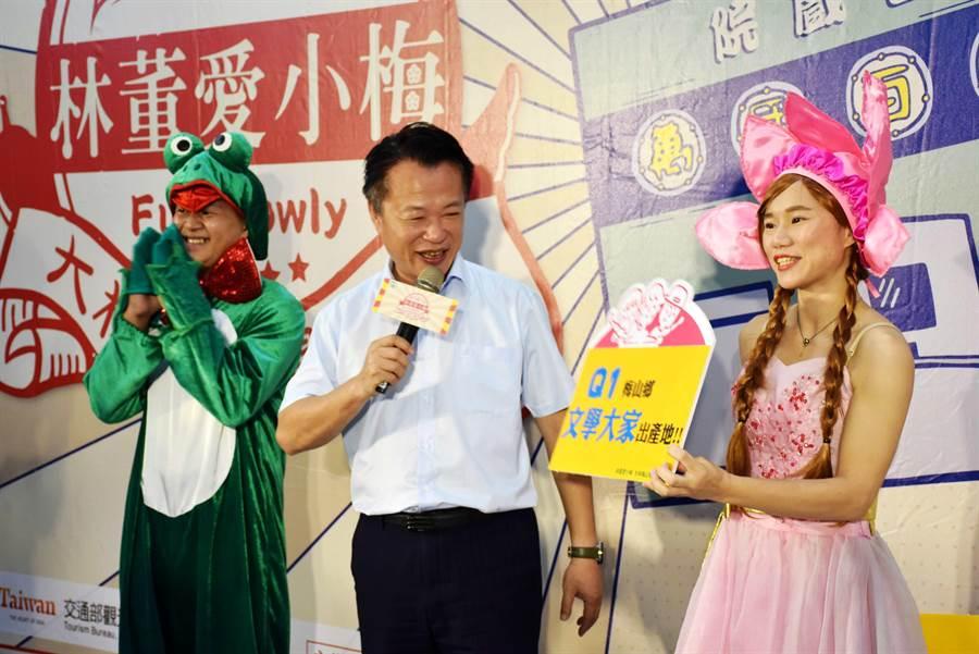 5日在「大林、梅山慢漫遊」宣傳記者會上,嘉義縣長翁章梁(中)與演出情境劇的演員一起行銷特色遊程。(呂妍庭攝)