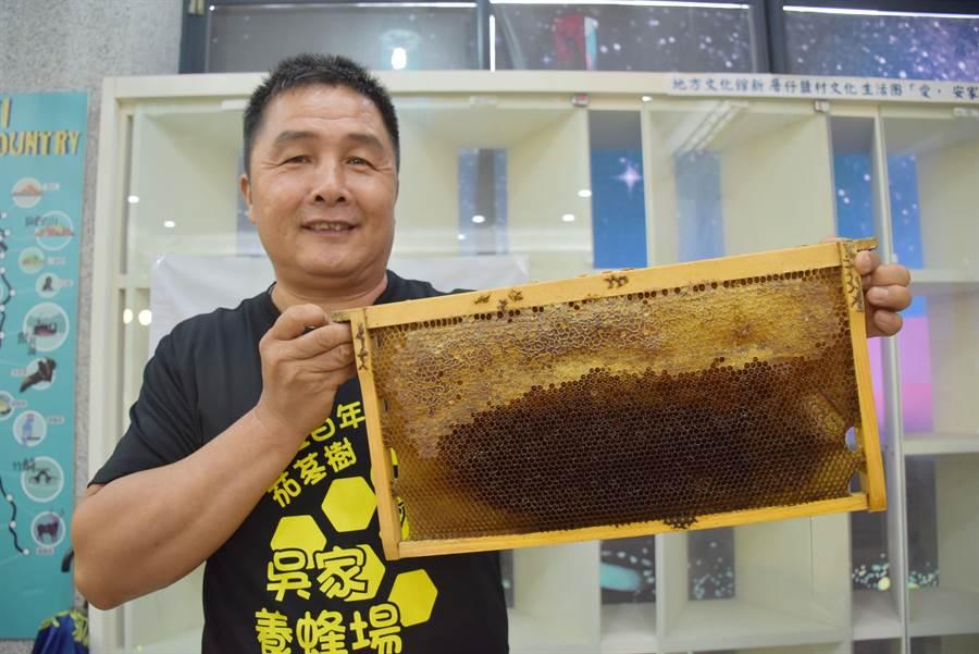 大林鎮吳家蜂場業者也出席記者會,宣傳自家蜂蜜。(呂妍庭攝)