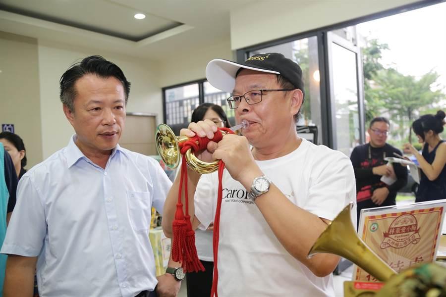 大林鎮知名卡羅爾銅管樂器觀光工廠業者示範吹銅管。(呂妍庭攝)