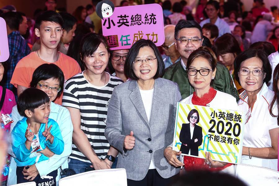 蔡英文總統15日出席由台北市黨部與民進黨婦女部合辦「DPP姊妹幫回娘家座談會」受到熱烈的歡迎。她表示,2020年這場選舉將決定「我們要繼續維持我們民主生活方式,作我們主人,還是要走向一條逐漸被統一的道路」,這個關鍵時刻絕對不能做錯決定。(鄧博仁攝)