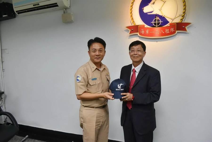 海軍一六八艦隊少將艦隊長張獻瑞致贈紀念品給行政執行署長林慶宗。(行政執行署提供)