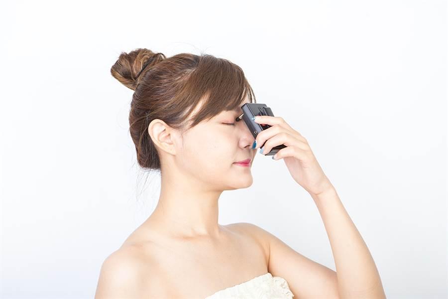 透過適當的方式刺激按摩精明穴,增進局部血液循環,舒緩眼睛酸痛,守護靈魂之窗。/業者提供