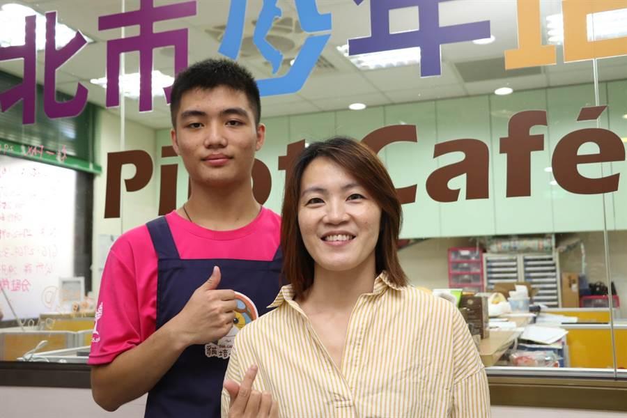 少年培力園主任莊宛蒨(右)說,未來也會教少年們學習手沖咖啡。(吳亮賢攝)