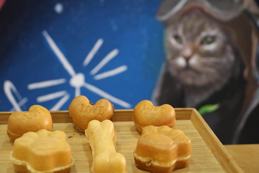 貓培你飛雞蛋糕有貓掌、狗骨頭和愛心3款造型。(吳亮賢攝)