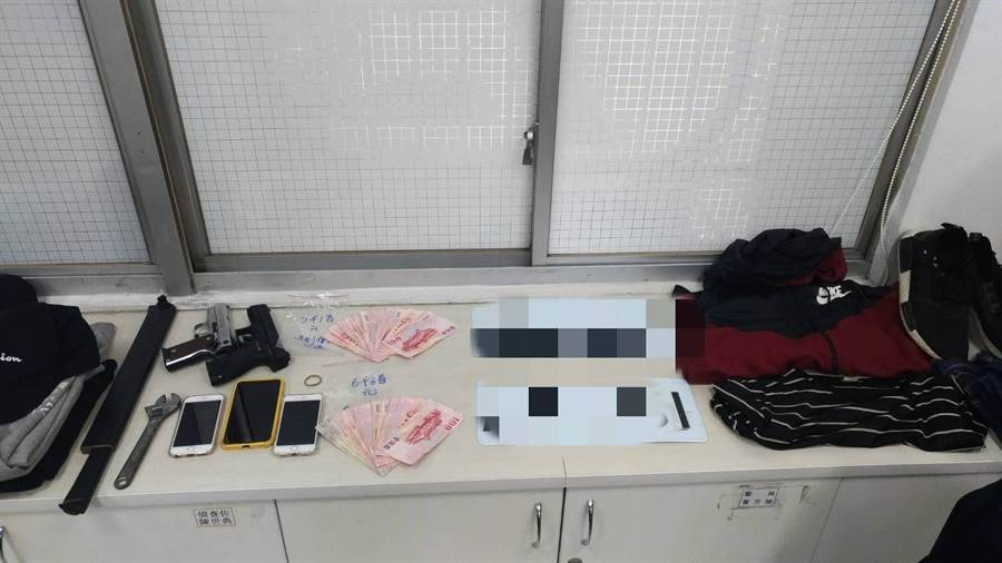 3名搶匪14日晚間洗劫台南新營一家彩券行,得手2萬元,但4個小時內就被警方逮捕。(翻攝照片)