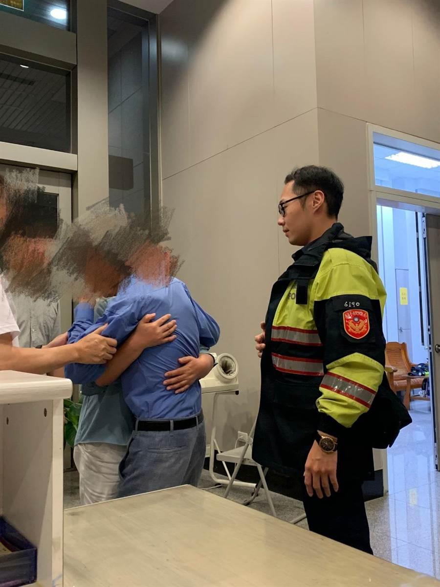 老翁家人在派出所發現他已被警方尋獲,感動地與老翁相擁而泣,場面溫馨。(警方提供)