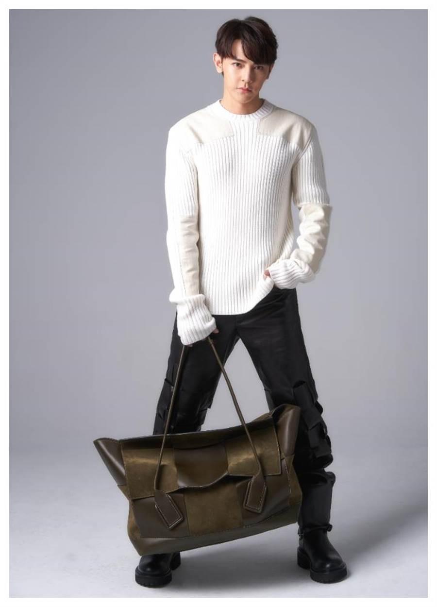 汪東城生日即將到來,坦承自己是個追求完美、愛在心裡口難開的處女座,穿Bottega Veneta寬版毛衣和窄版褲,手拎拼貼皮革的旅行袋。(JOJ PHOTO攝)
