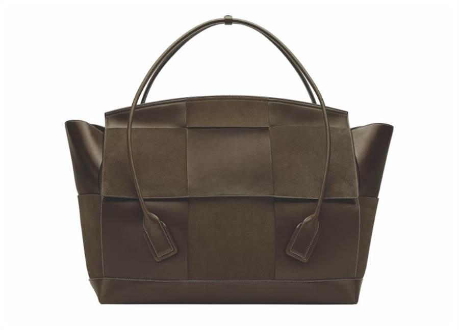 Bottega Veneta的THE ARCO 75 小牛皮混麂皮寬編織手提袋,21萬9900元。(Bottega Veneta提供)