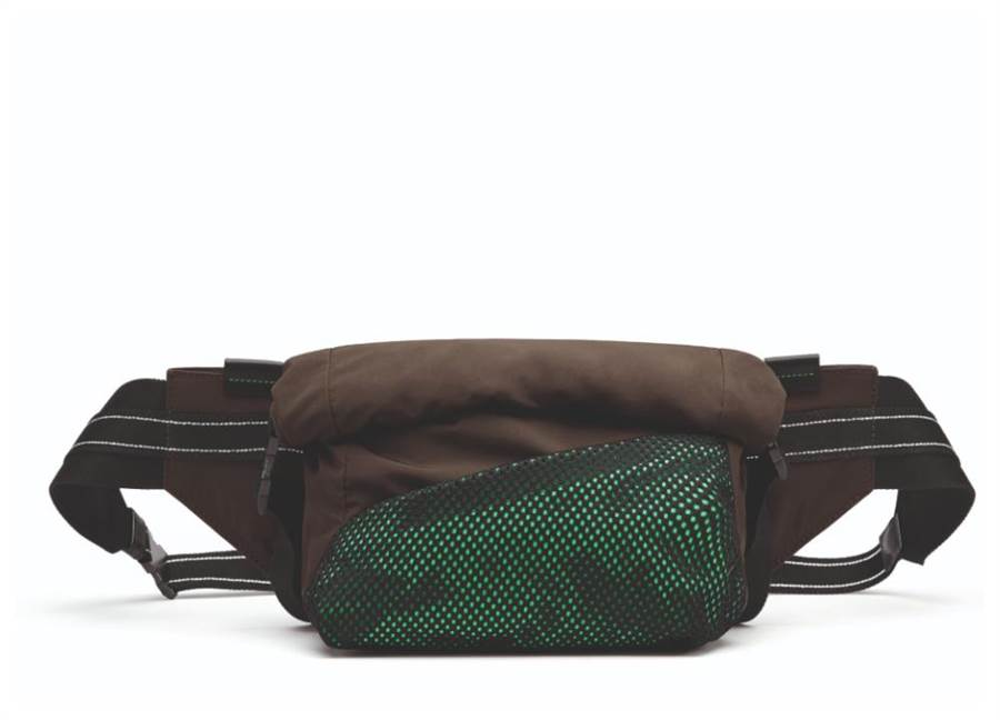 Bottega Veneta的紙感尼龍腰包,3萬5900元。(Bottega Veneta提供)