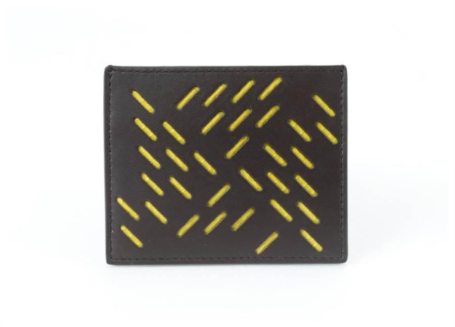 Bottega Veneta的黃色洞洞小牛皮皮夾,1萬4400元。(Bottega Veneta提供)