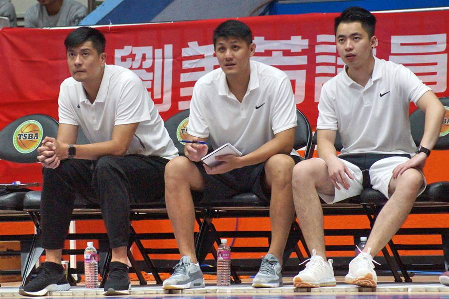 菜鳥教練周士淵的SBL新球季目標,就是跟裕隆總教練李啟億(左)想法一致。(黃及人攝)
