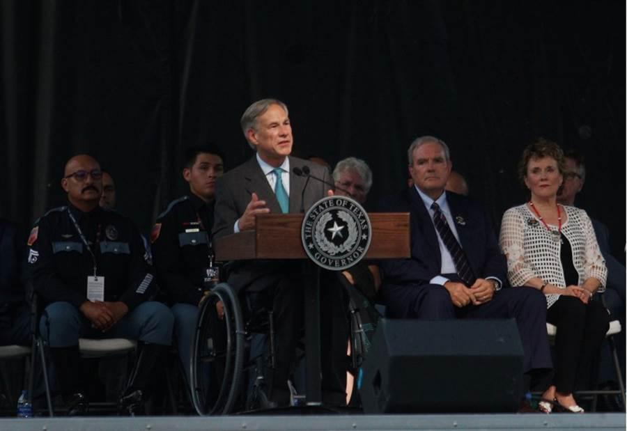 德州州長愛博特(前)14日出席艾爾帕索槍擊案罹難者追悼會。(美聯社)