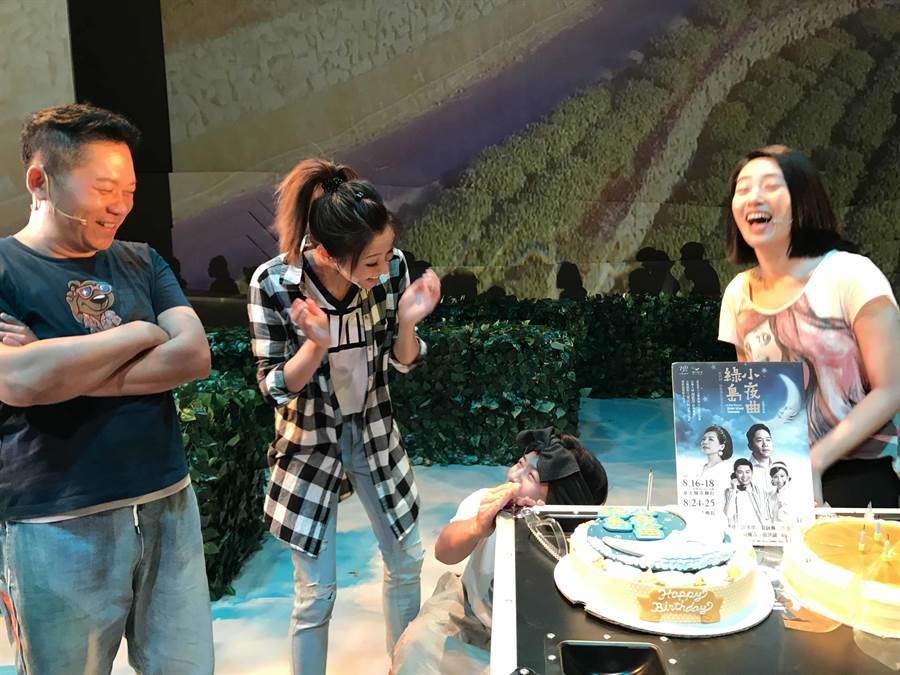 江美琪被生日驚喜搞得又哭又笑。(果陀劇場)