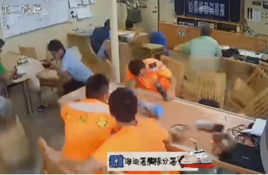 海巡艦艇上隊員吃飯,常被一個浪打來摔得七橫八豎。(取自海巡署艦艇分署)