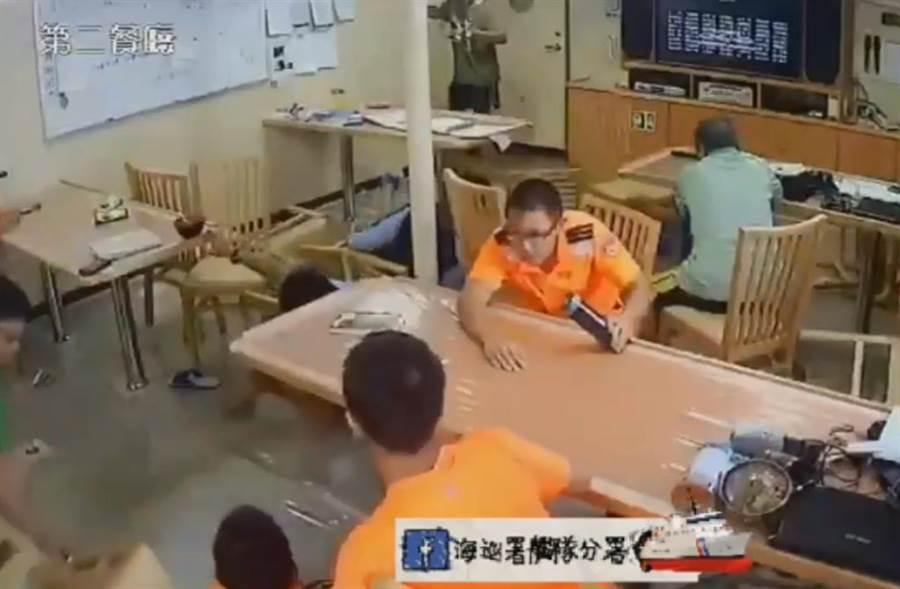 但是下秒大浪打來,桌椅分散,人已摔地,只剩趴睡隊員一臉茫然。(圖取自海巡署艦艇分署臉書)