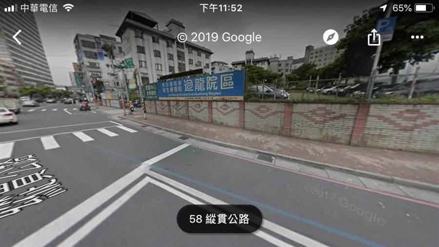 許男不想停等萬壽路紅燈,竟把機車騎上人行道並前進到待轉區後,直接往中正路方向行駛,卻被法院認證不算闖紅燈。(引自Google街景圖))