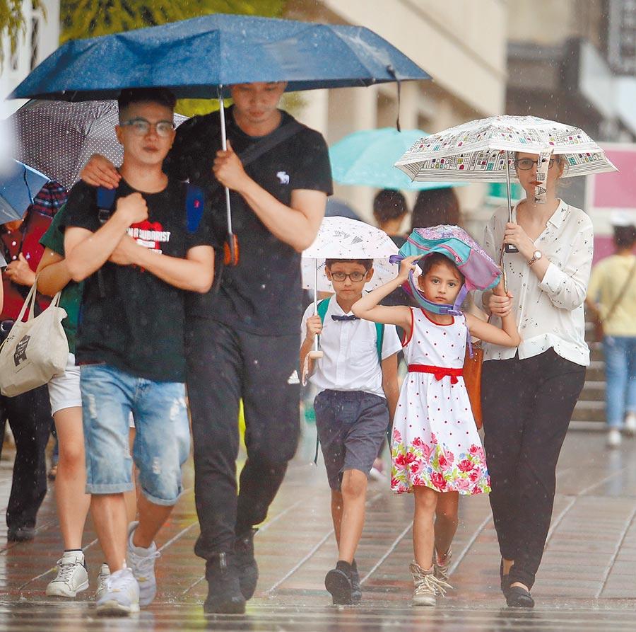 西南風再度增強影響,氣象局表示,今晚至周六中南部將有雷雨或局部大雨,也必須提防短時強降雨。(中時報系資料照片)