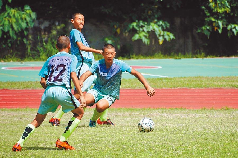 台東縣豐田國中足球隊的孩子們馳騁球場上,拚勁十足。(莊哲權攝)
