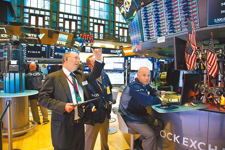 美國宣布將推遲對部分中國產品加稅,全球股市上演大狂歡。圖為交易員在紐約證券交易所工作。(新華社)
